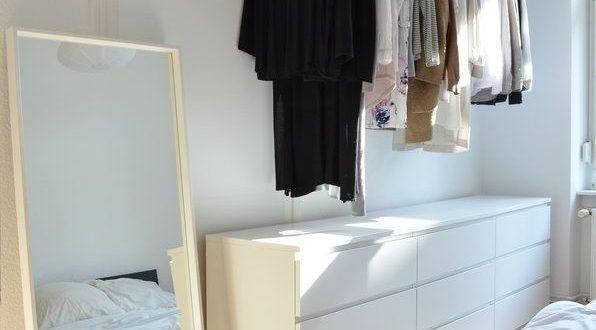 Idee für offenen Kleiderschrank. Kleider aufhängen ohne ...